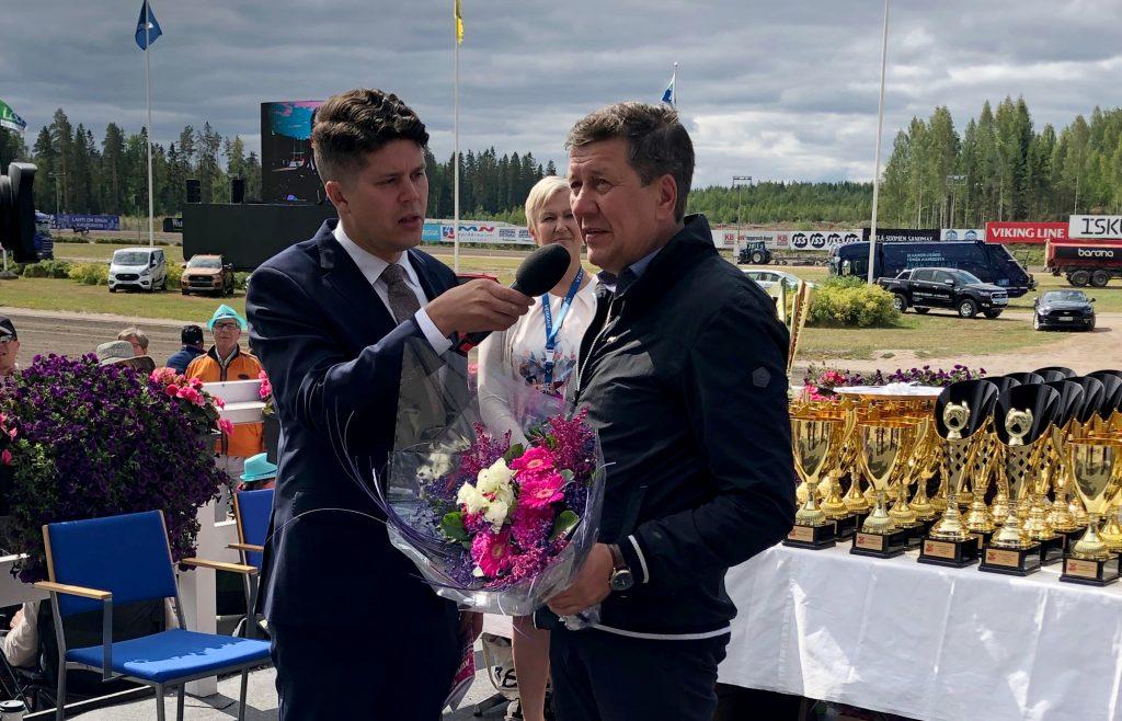 Lauri Hyvönen haastattelee Seppo Suurosta hänen saatuaan raviurheilijan kultaisen ansiomerkin.