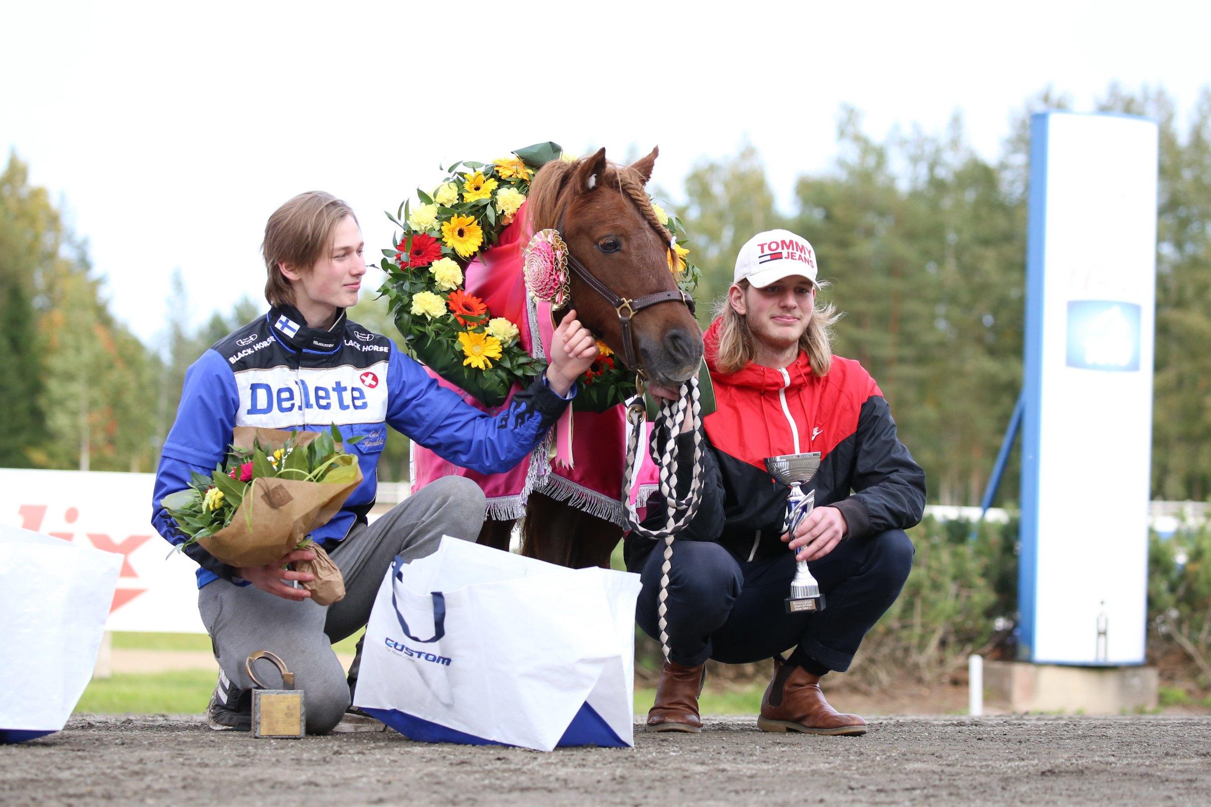 Emil ja Mats Havulehto Pomonan kanssa ponikuningatar-seremonioissa.