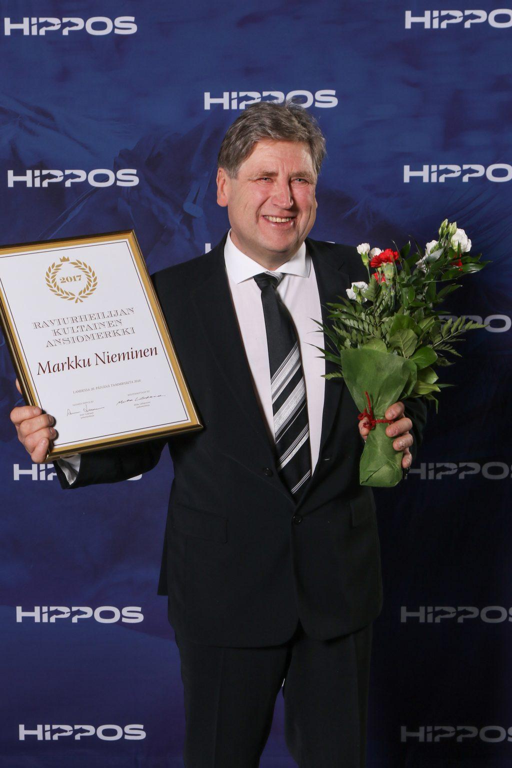 Markku Nieminen poseeraa Ravigaalassa saatuaan raviurheilijan kultaisen ansiomerkin.