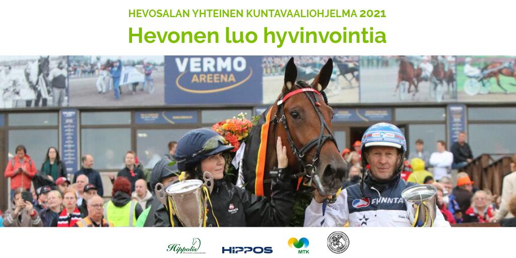Derby-voittaja Mascate Match poseeraa hoitajansa Hanna Rakkolaisen ja valmentajansa Pekka Korven kanssa.