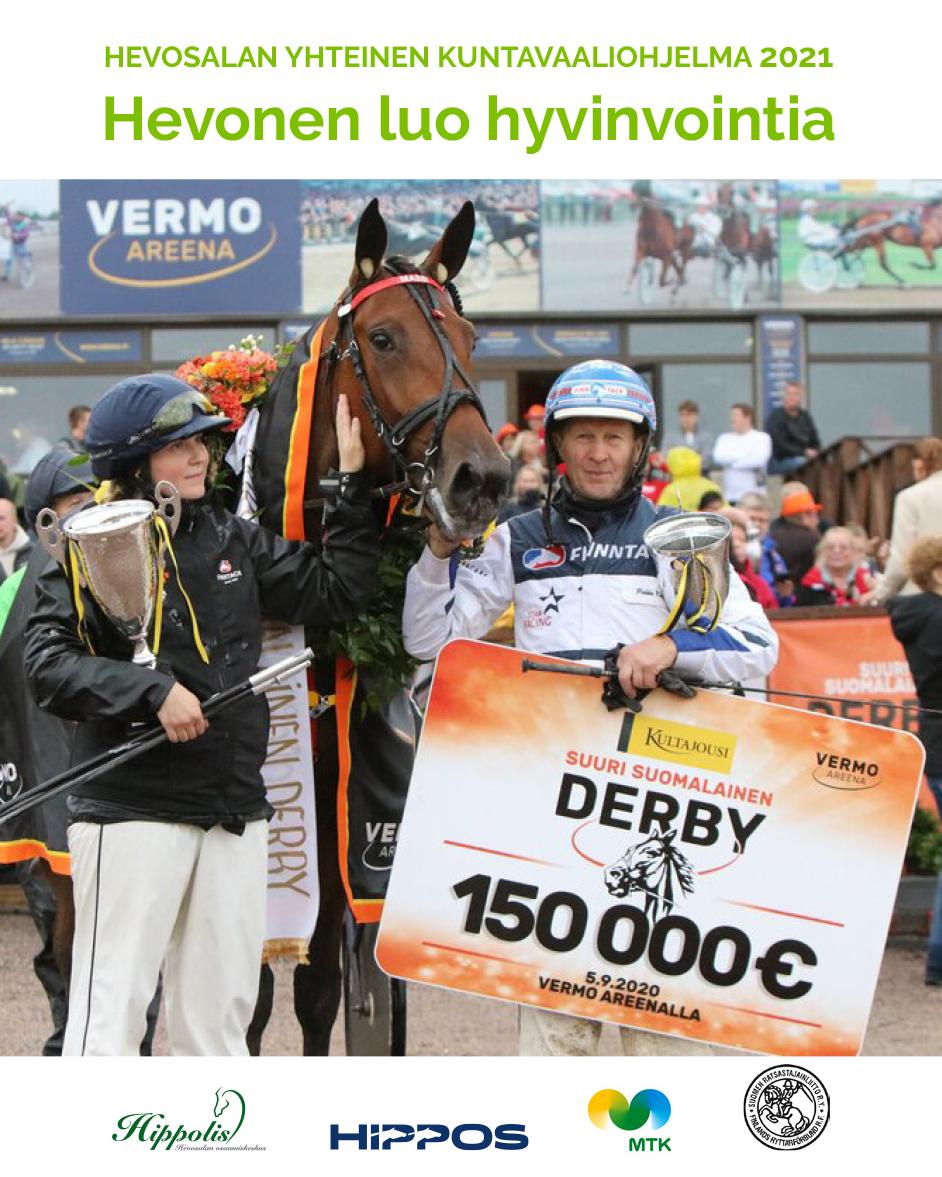 Derby-voittaja Mascate Match poseeraa hoitajansa Hanna Rakkolaisen sekä valmentajansa Pekka Korven kanssa.