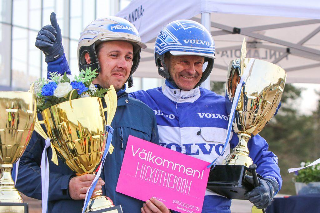 Hickothepoohin omistaja Ernestas Tijunelis ja ohjastaja Vidar Hop pääsivät juhlimaan voittoa ja Elitloppet-kutsua Vermo Areenan podiumilla.