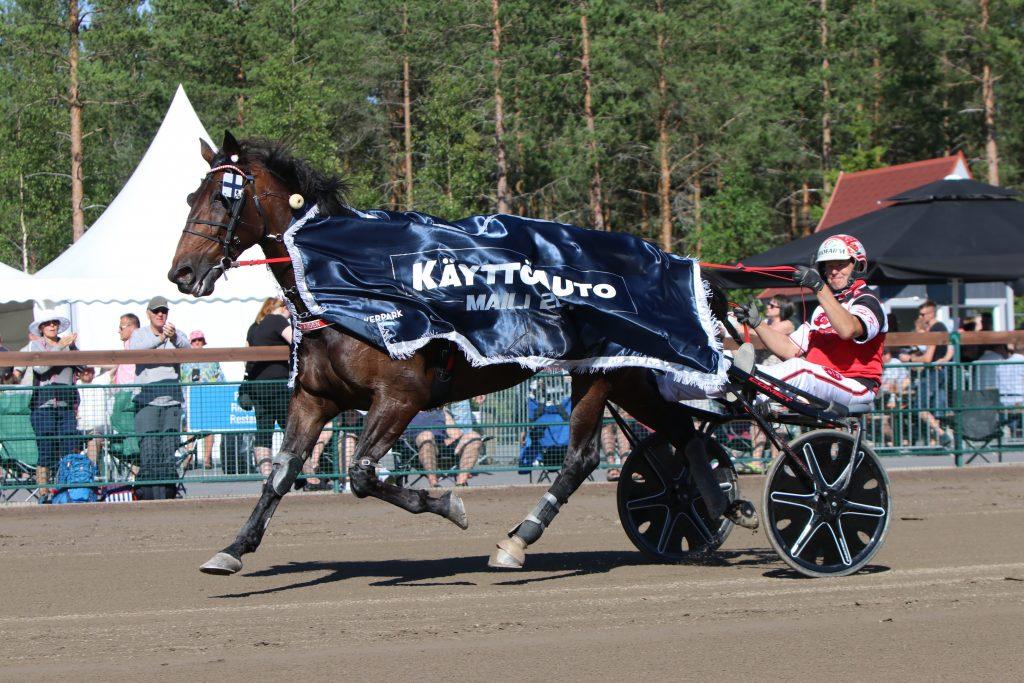 Käyttöauton Mailin voittaja Grainfield Aiden ja Hannu Korpi. Kuva: Anni Järvinen/Hippos.