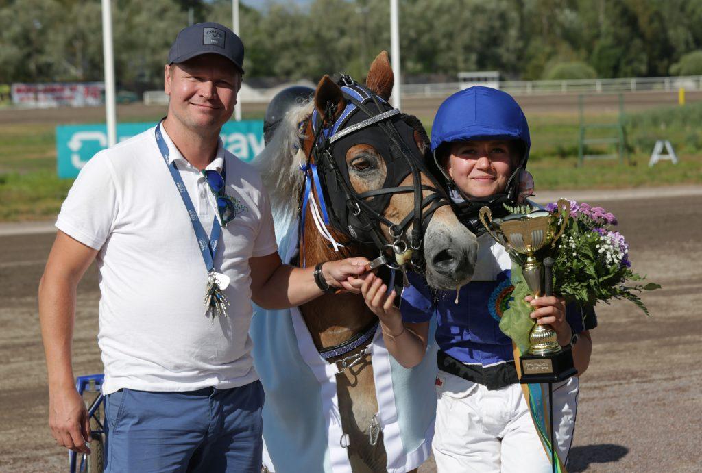 Armani ja Laura Sipilä veivät poniruhtinaskilpailun ensimmäisen osalähdön. Kuva: Hippos / Pekka Salonen.