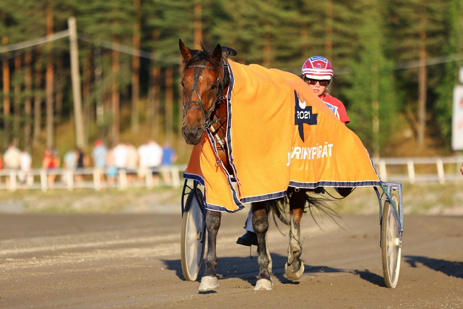 Ronja Röpelinen voitti Juniorikypärien lähdön