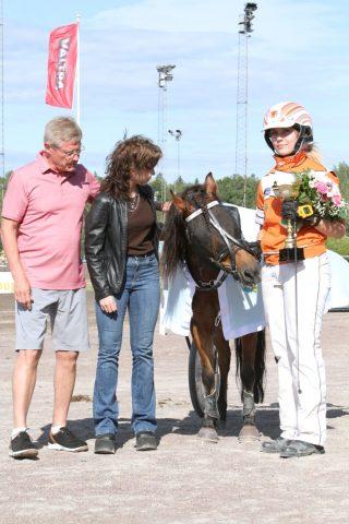 Kumlaby Mandelblom Ja Nea Ahokas voittivat poniruhtinatarkilpailun avausmatkan.