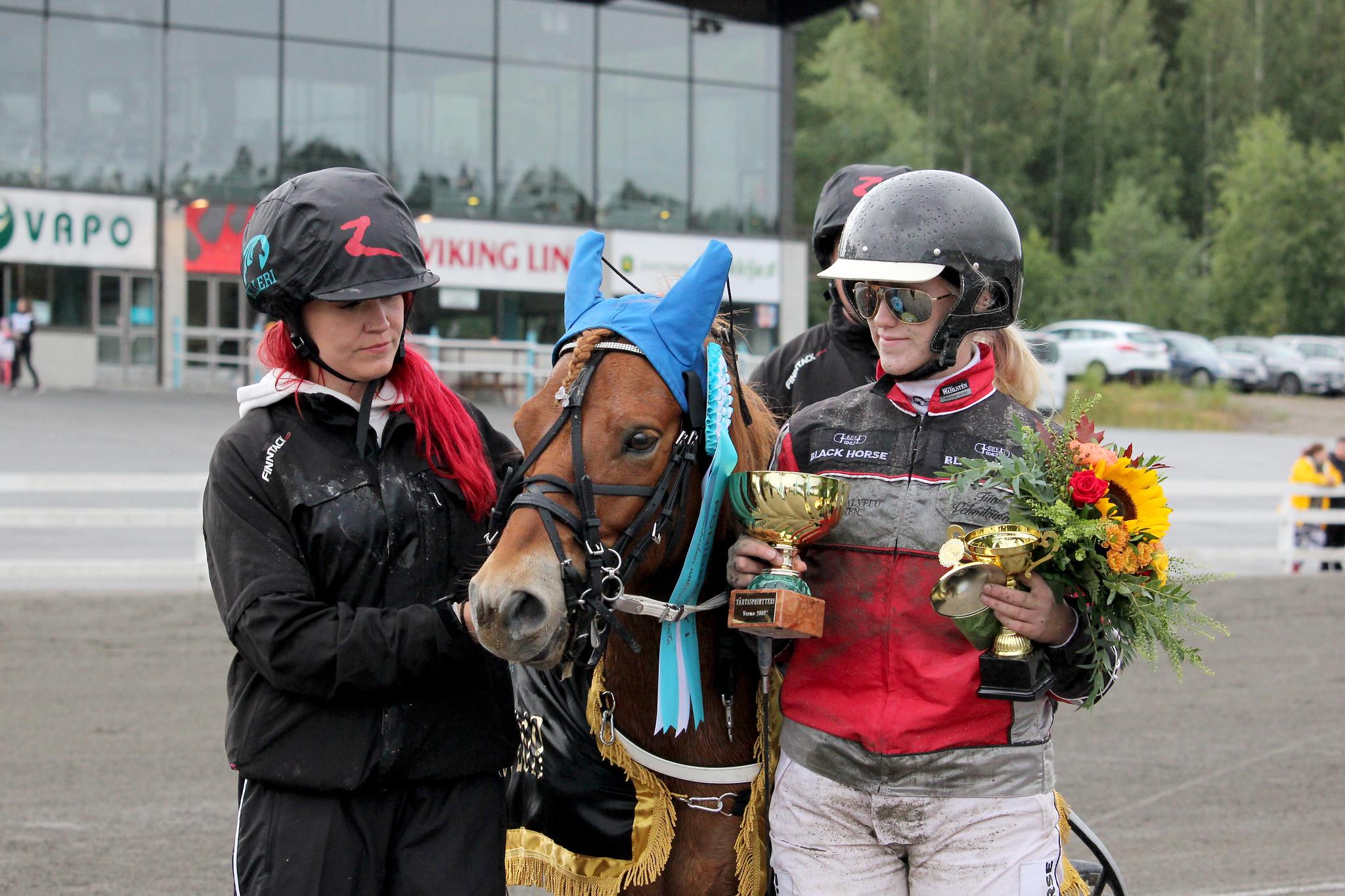 Tiia Vehviläinen ehti poniohjastaja urallaan voittaa useita ponien suurkilpailuja. Circon kanssa Vehviläinen voitti muun muassa Poniruhtinuuden ja Poniderbyn. Kuva: Hippos /Suvi Hakkarainen.
