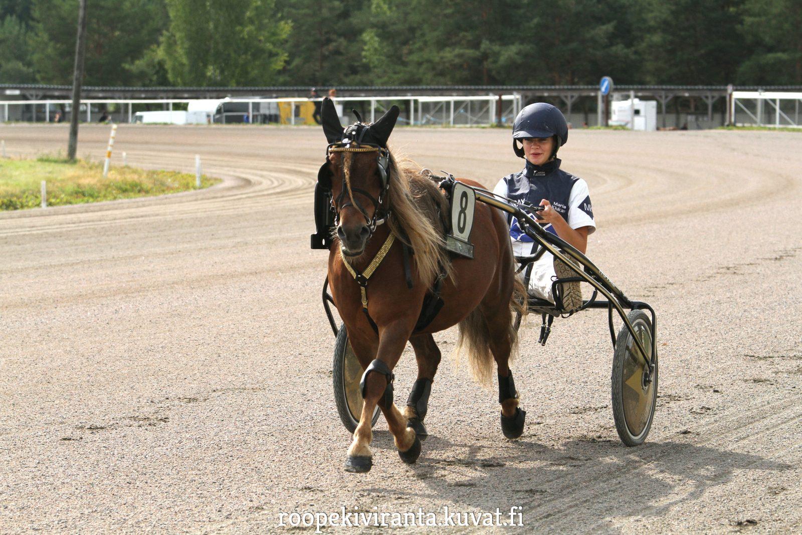 Little Darling ja Maria Kiukas lähtevät ponien Suomi-Ruotsi-maaottelussa matkaan radalta 10. Kuva: Hippos / Roope Kiviranta.