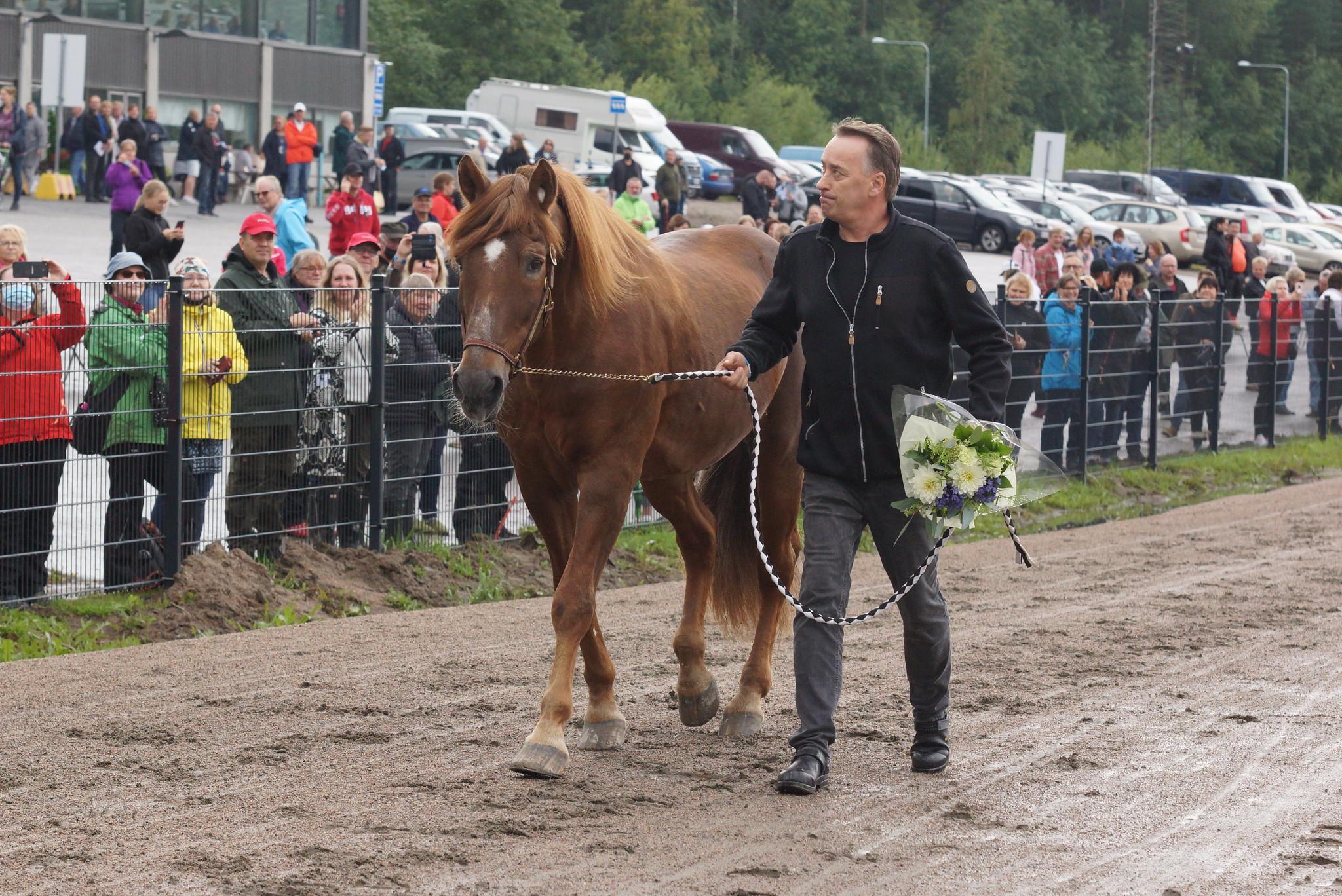 Kaikkien aikojen suomenhevosen Viesker ja Kari Ahokas esittäyivät Killerin Derby-ravien yleisölle. Kuva: Hippos / Merja Ahola-Turpeinen.