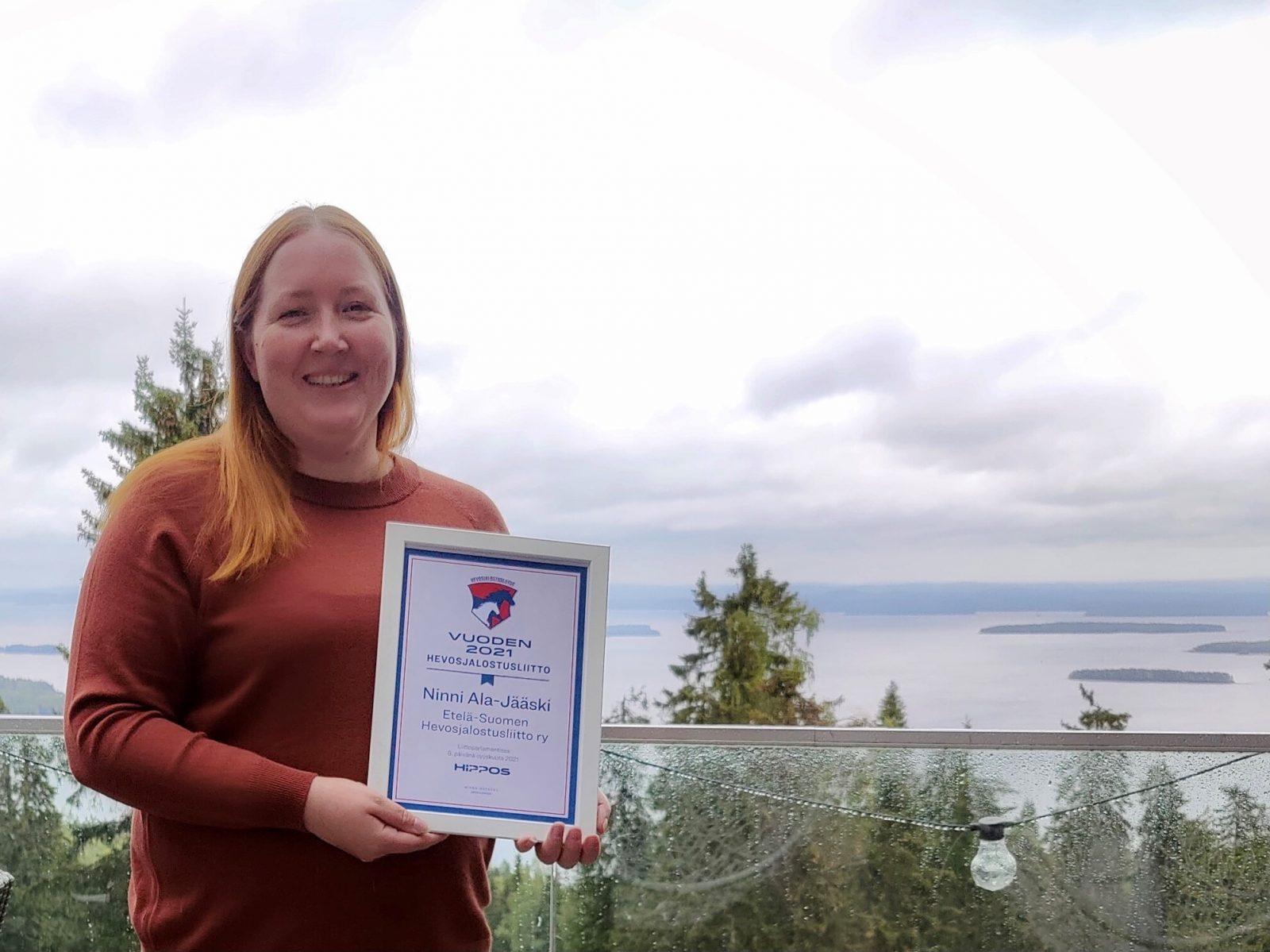 Kuvassa Ninni Ala-Jääski palkintotodistus kädessään