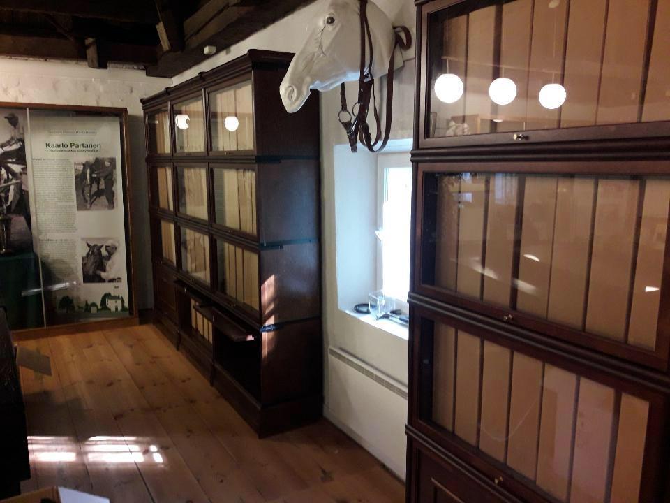 Kuvassa hevosurheilumuseon arkisto